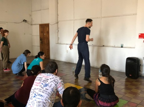 La pedagogía de Martynas y los beats con botellas de agua